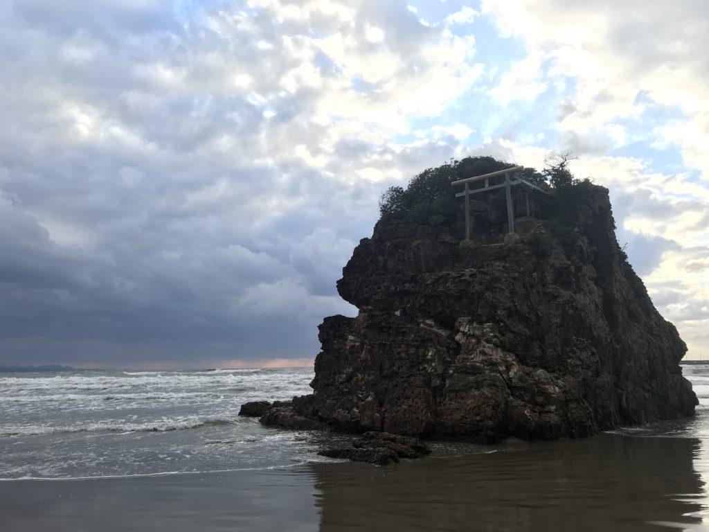 【ふらっと海へ#001】弁天島がそびえ立つ稲佐の浜は荘厳な海スポットだった