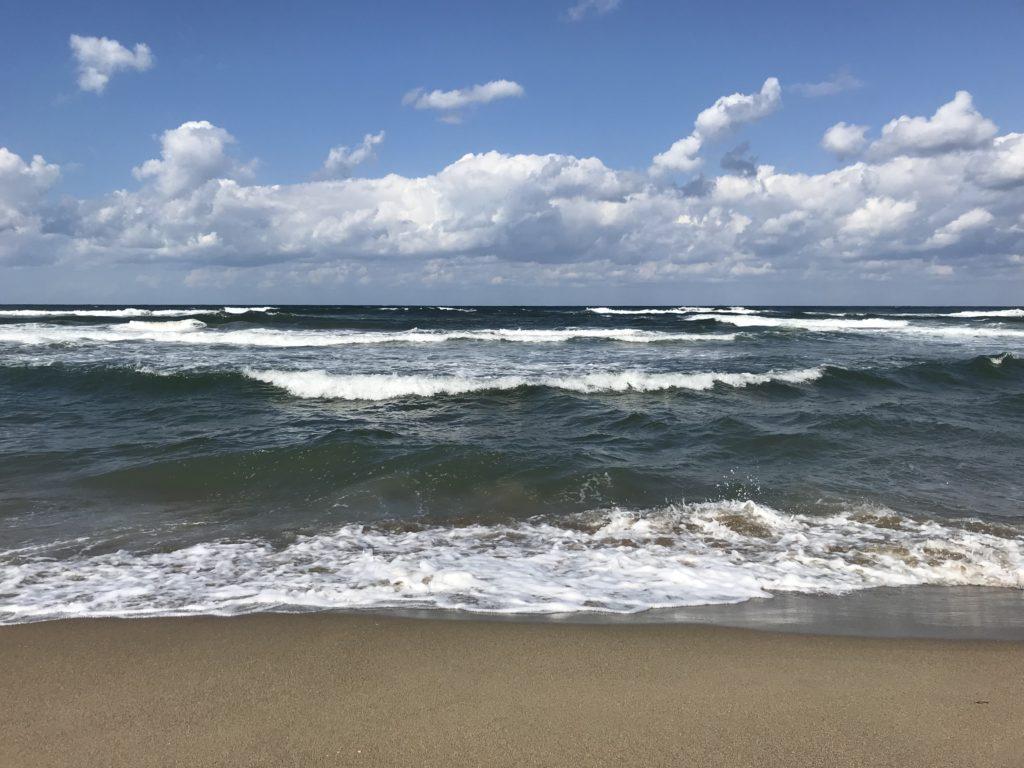 【ふらっと海へ#002】馬の背を越えた先にあった鳥取砂丘海岸は空・海・砂のコントラストが美しい
